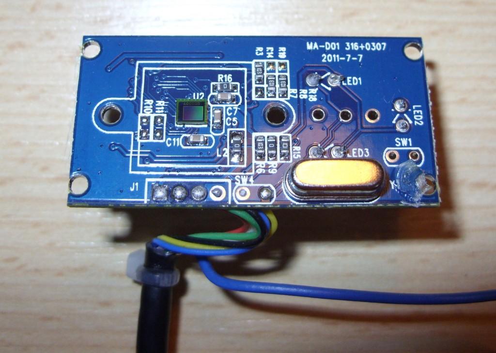 Die Linse wurde entfernt. Den CMOS-Sensor erkennt man leicht an seinen Regenbogenfarben.